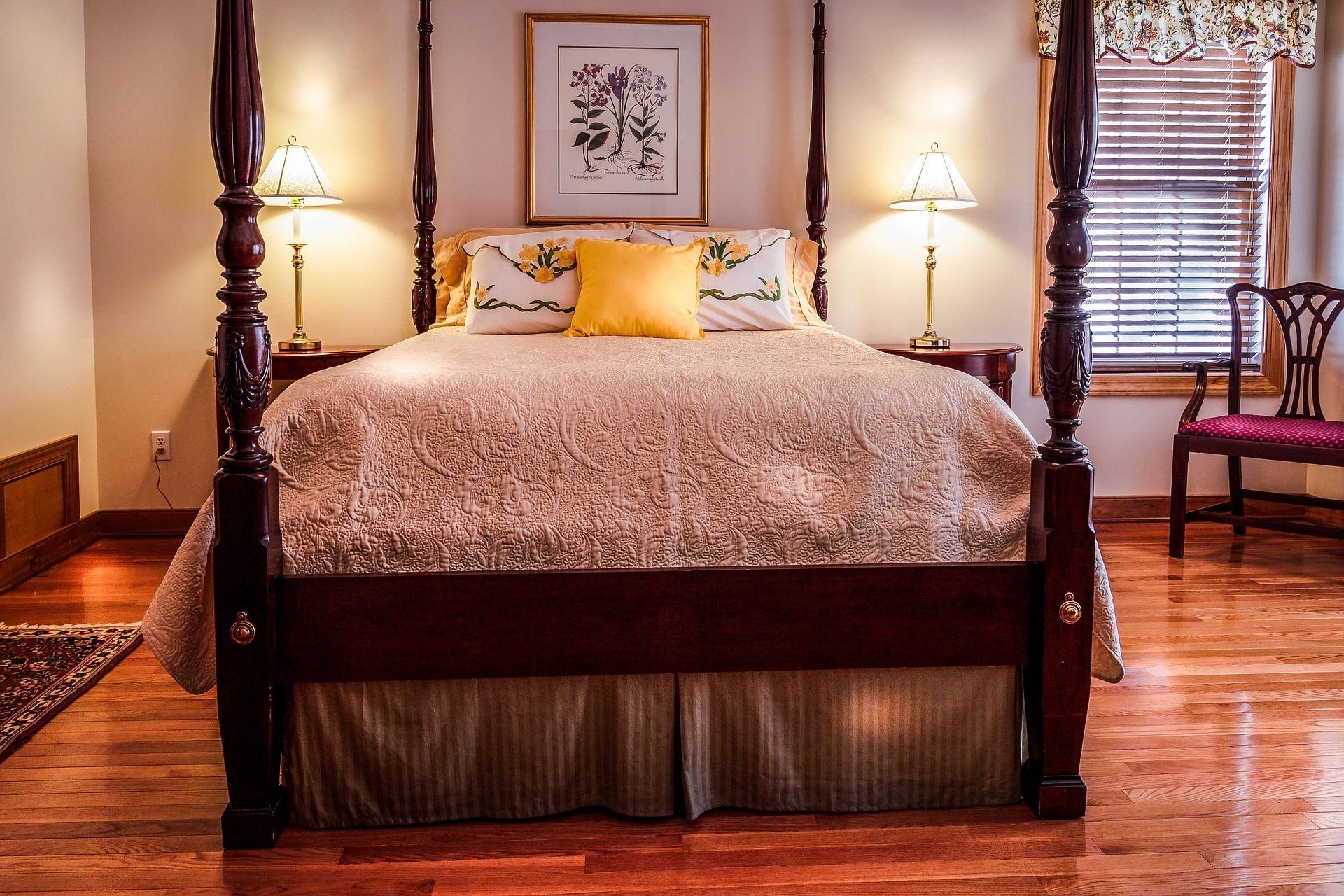sypialnia z bordowymi elementami