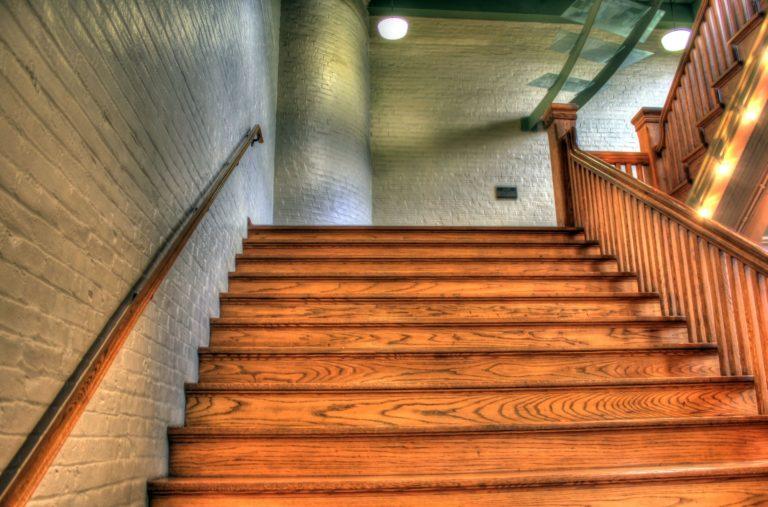 drewniane schody z drewna