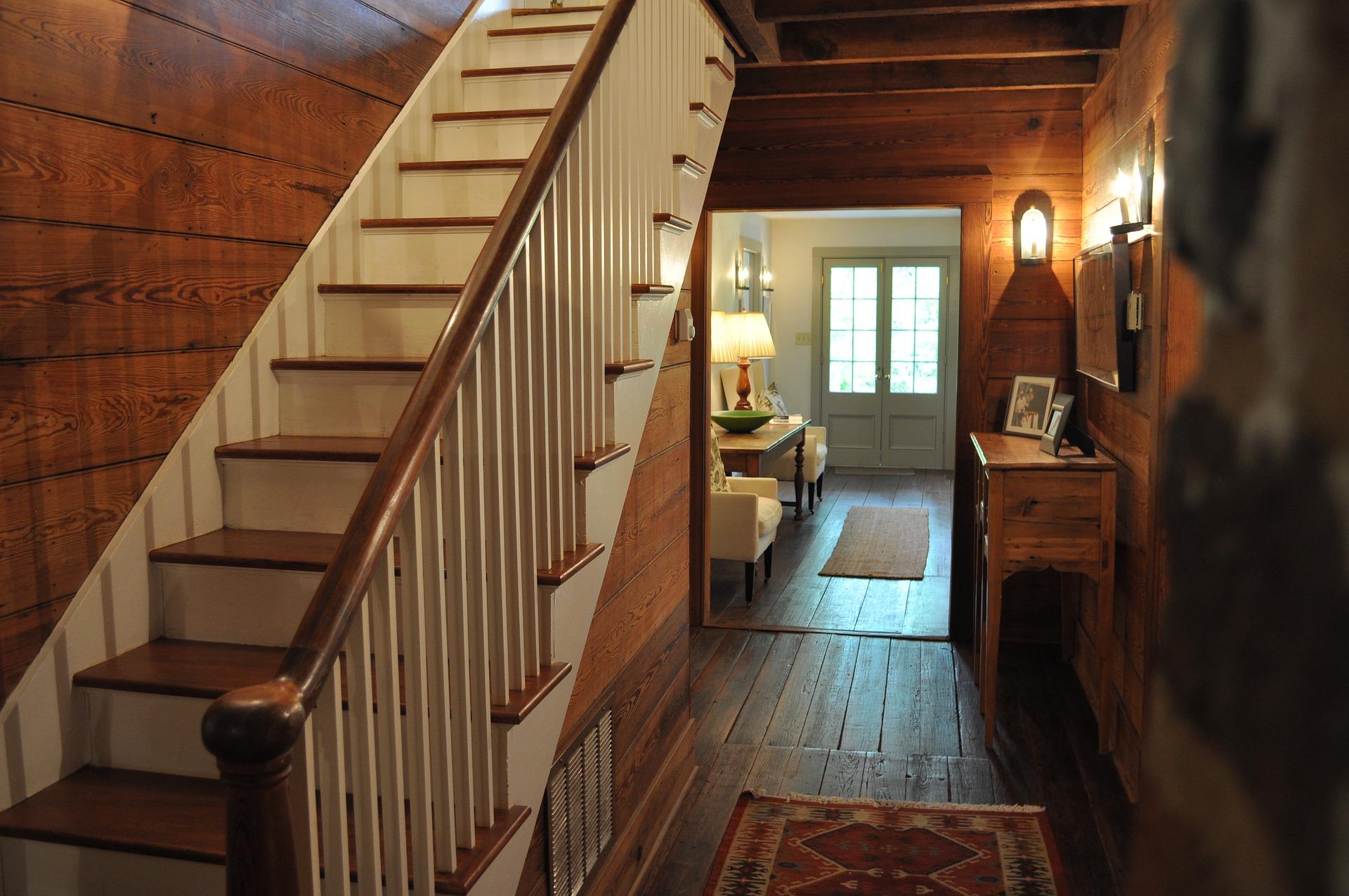 zalety schodów z drewna